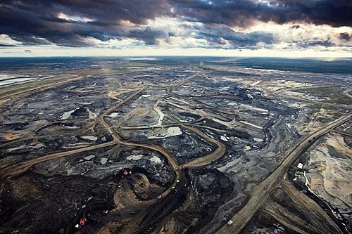 Syncrude Aurora Oil Sands Mine/Credit: Elias Schewel. T