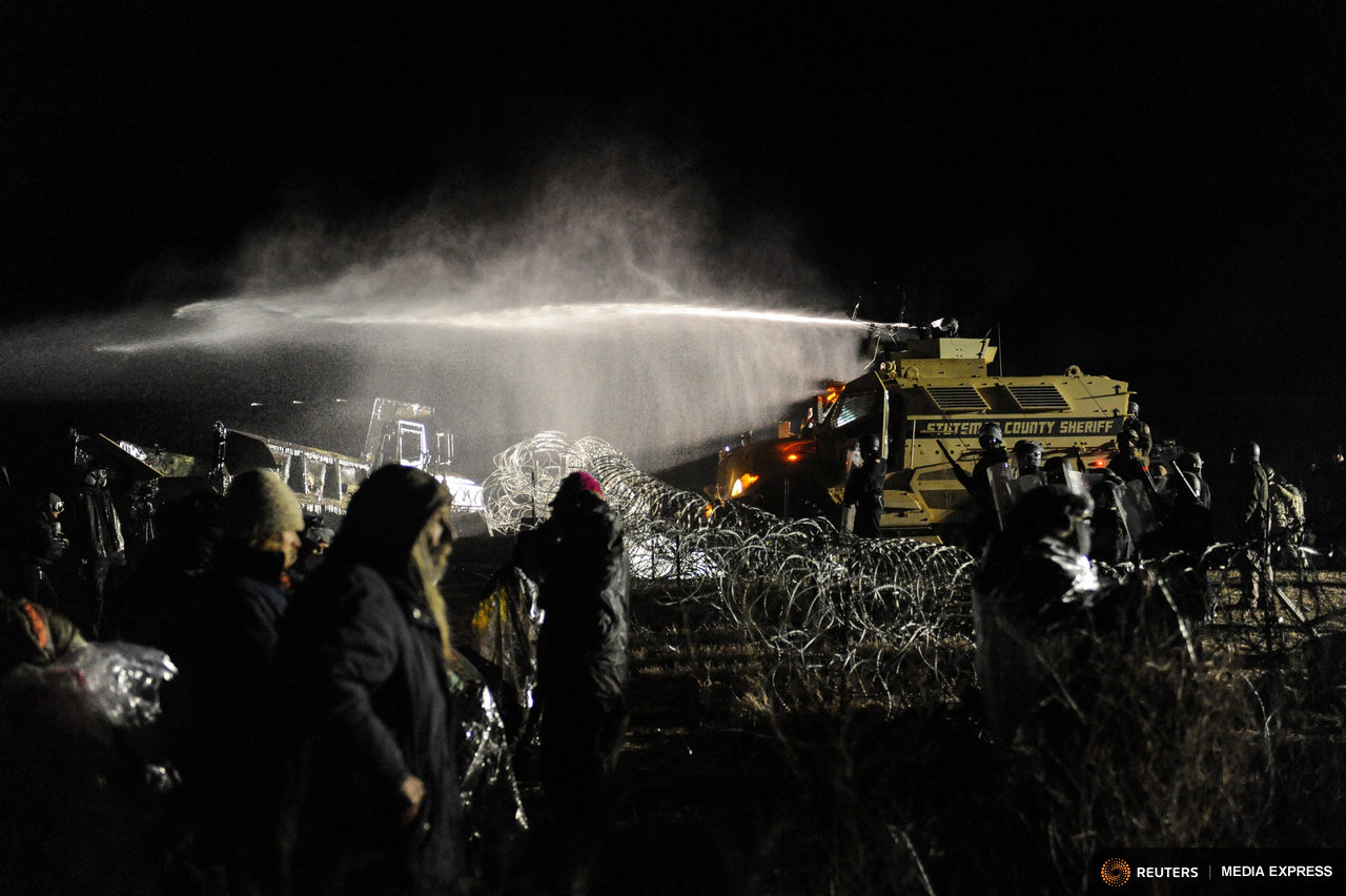 Police turn firehoses on Dakota Access protesters