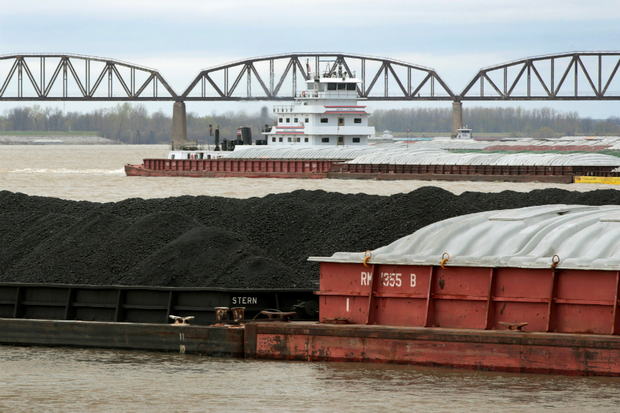 Barges deliver coal to the the more than two dozen power plants along the Ohio River. Credit: Scott Olson/Getty Images