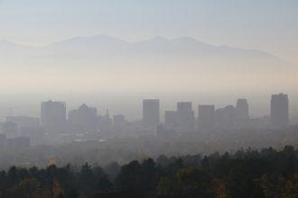 A layer of smog sits over Salt Lake City. Credit: Eltiempo10/CC-BY-SA-4.0