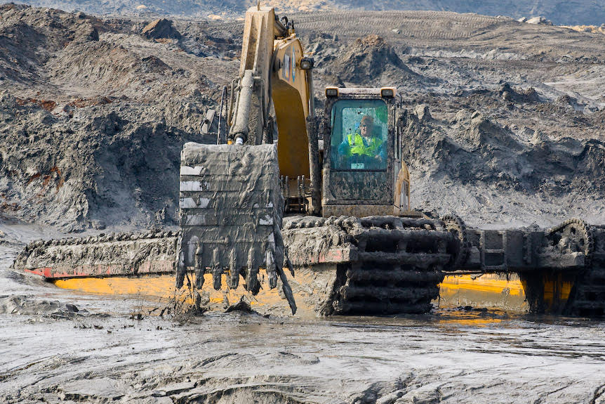 Workers used heavy equipment to scoop up coal ash after the Kingston spill. Credit: Tennessee Valley Authority