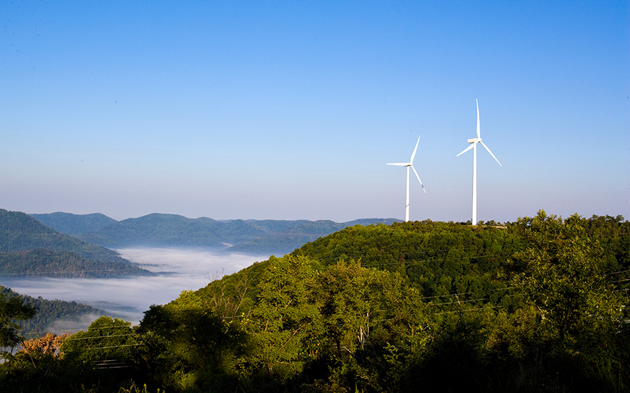 TVA has one wind farm, on Buffalo Ridge near Oak Ridge, Tennessee, and it also buys power from wind farms throughout the Midwest. Credit: TVA