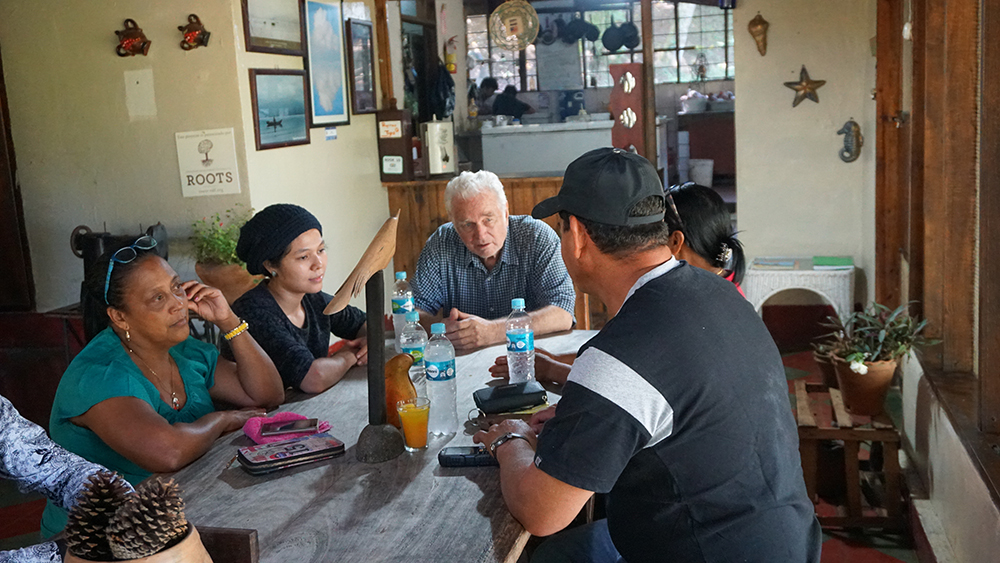 John Chater, who has worked in development in Honduras for decades, talks to a group from El Rosario about how climate change is making agriculture a challenge for Honduran farmers. Credit: Georgina Gustin/InsideClimate News