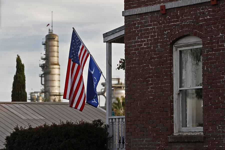 Homes in El Segundo, California, sit blocks from the Chevron refinery. Credit: Allen J. Schaben/Los Angeles Times via Getty Images