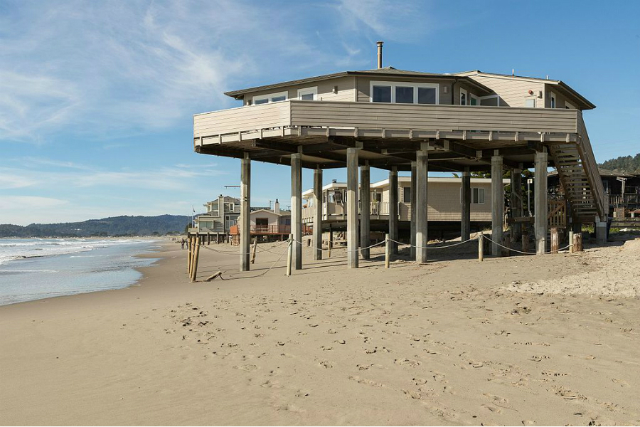 Along parts of the California coast, homes and cities are at the ocean's edge. Credit: Frank Schulenburg/CC-BY-SA-4.0