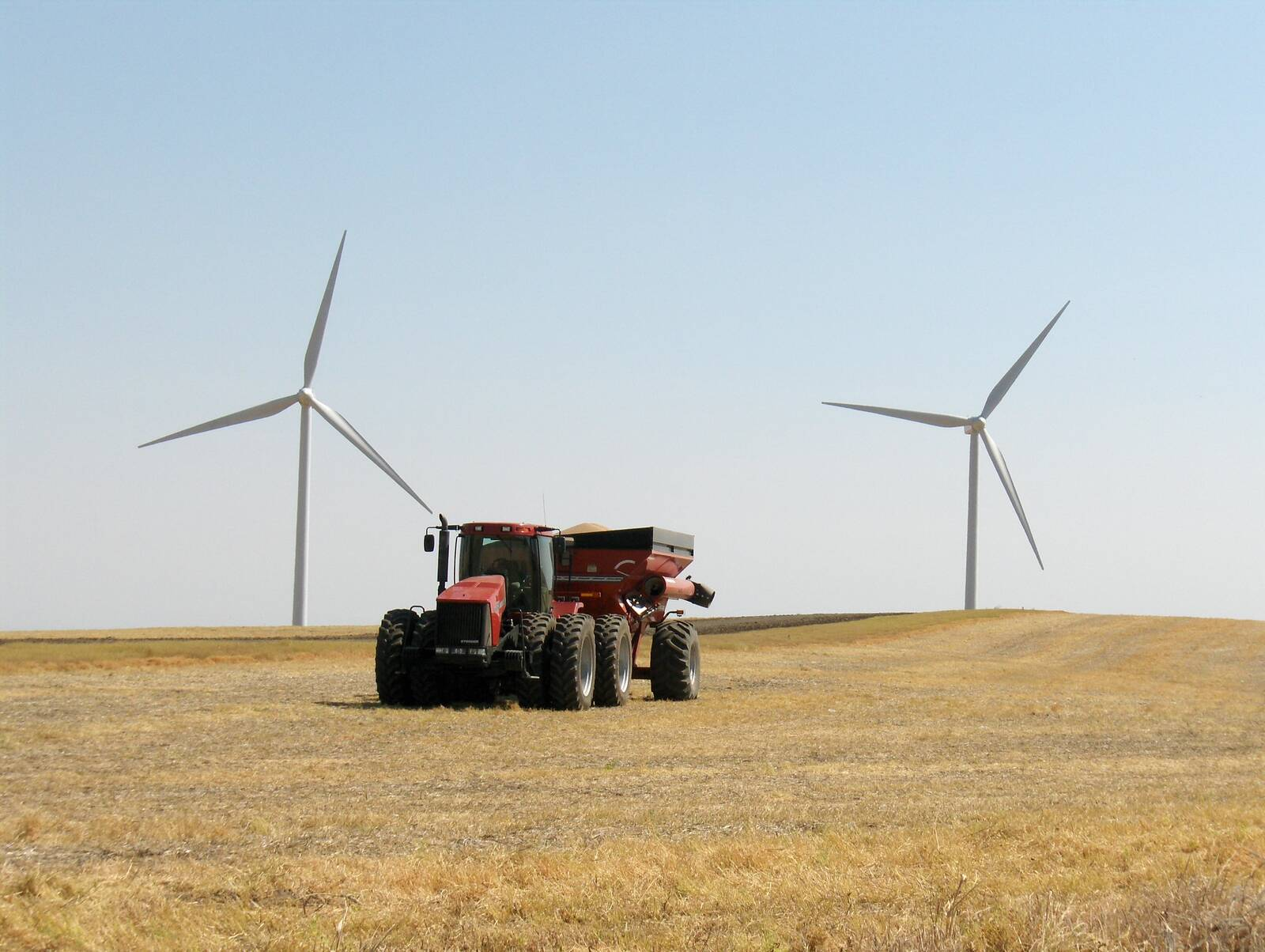 PacifiCorp provides lease payments to local landowners for use of their land for wind turbines. Credit: Pacific Power/Flickr