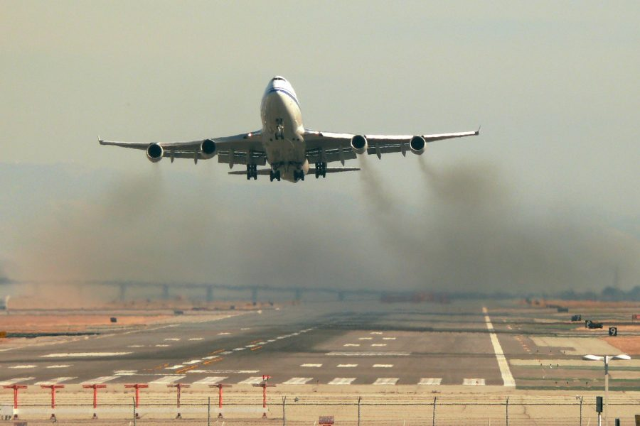 An airplane takes off in California. Air travel emissions are a significant portion of all transportation emissions, and could be addressed with planes fueled by hydrogen. Credit: dsleeter_2000/flickr