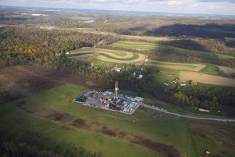 A hydro-fracking drilling pad for oil and gas operates on Oct. 26, 2017 in Robinson Township, Pennsylvania. Credit: Robert Nickelsberg/Getty Images