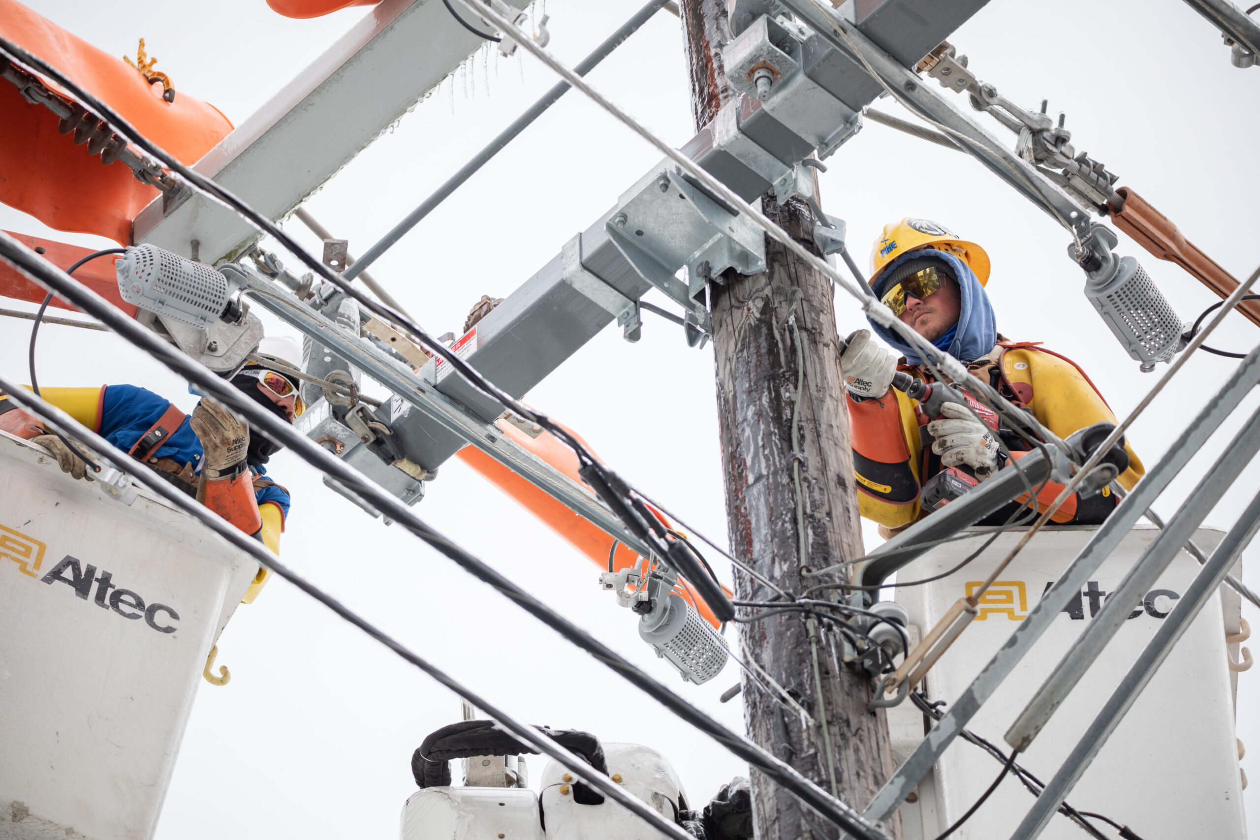 Workers repair a power line in Austin, Texas, U.S., on Thursday, Feb. 18, 2021. Credit: Thomas Ryan Allison/Bloomberg via Getty Images