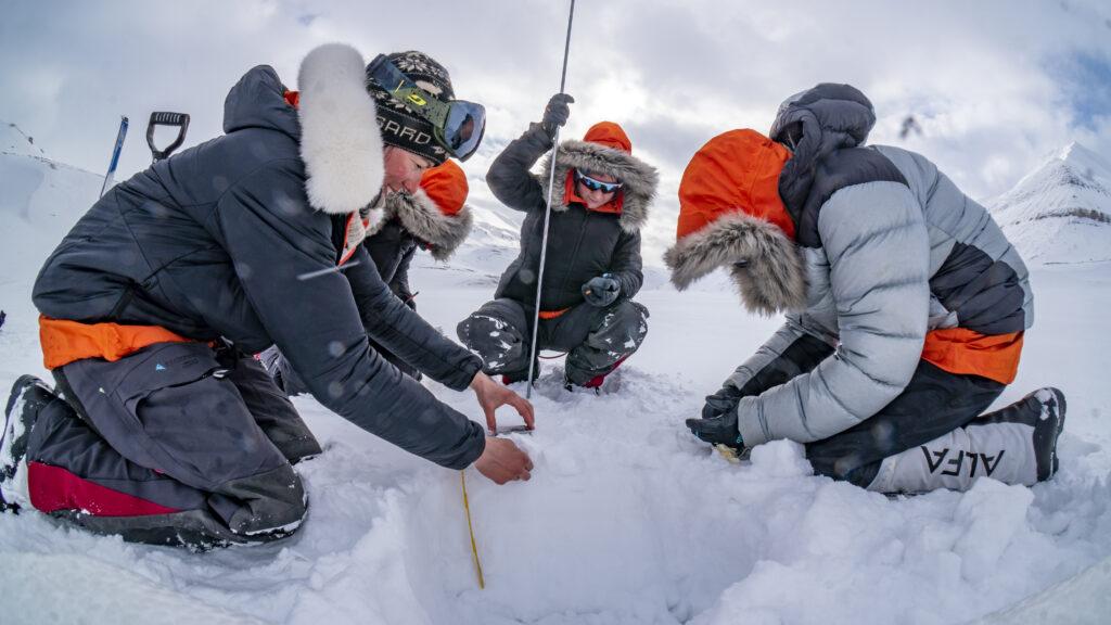 Snow sampling, density measurements and thickness measurement in Van Keulenfjorden, Svalbard. Credit Heïdi Sevestre