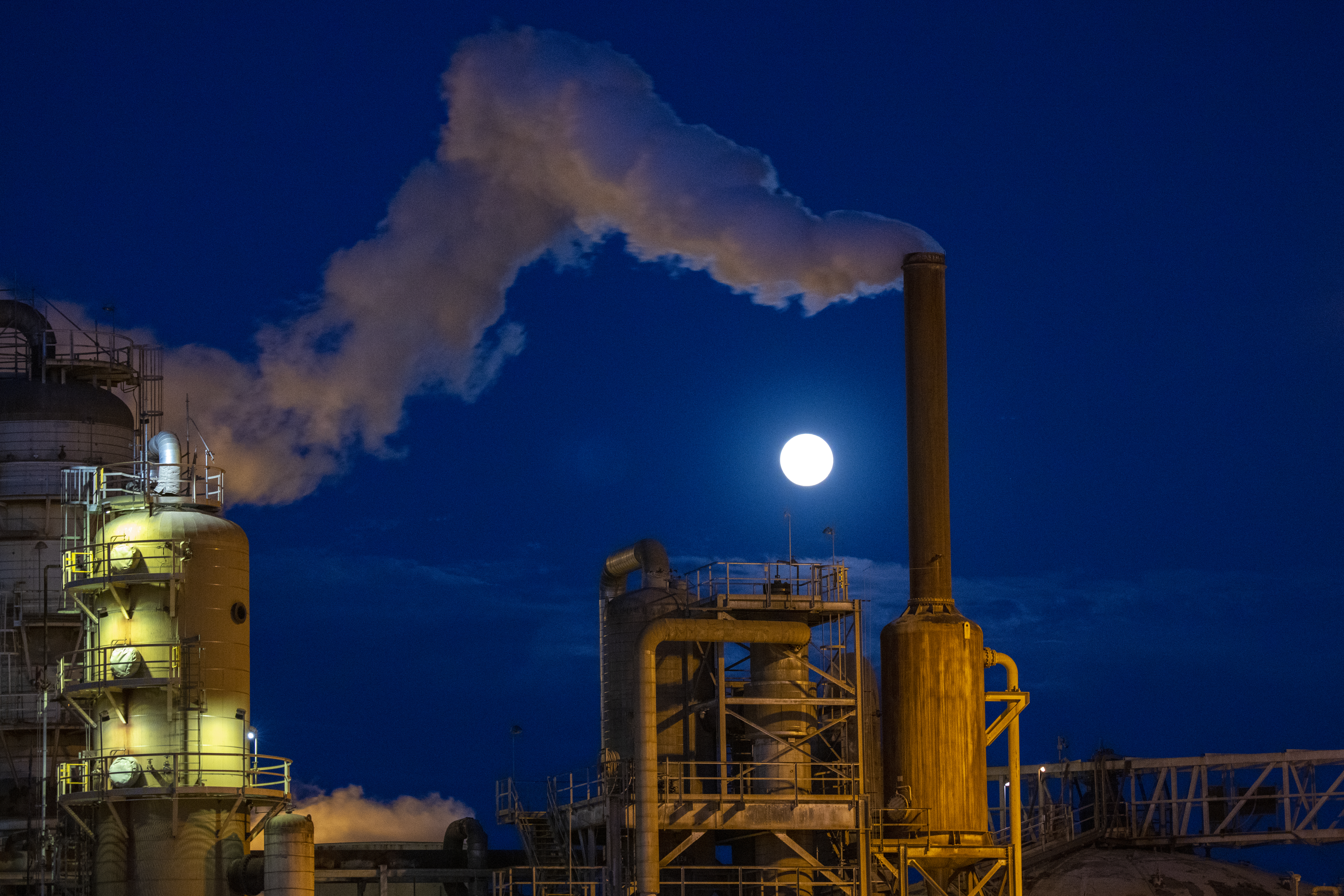 The Super Pink Moon rises as a strong wind blows steam escaping the Leathers Geothermal Facility, a power plant that taps into deep underground heat near the Salton Sea at the southern tip of the San Andreas Fault, on April 26, 2021 near Calipatria, California. Credit: David McNew/Getty Images