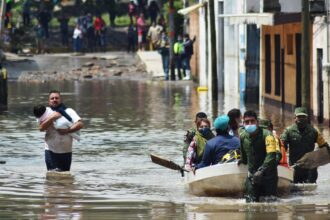 Members of the Mexican Army evacuate patients of the IMSS Hospital in Tula de Allende, Hidalgo state, Mexico, on Sept. 7, 2021. Credit: Francisco Villeda/AFP via Getty Images